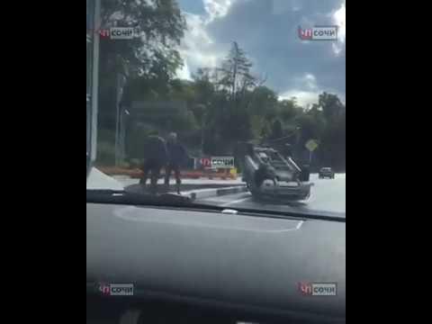 В Сочи в результате ДТП опрокинулась иномарка