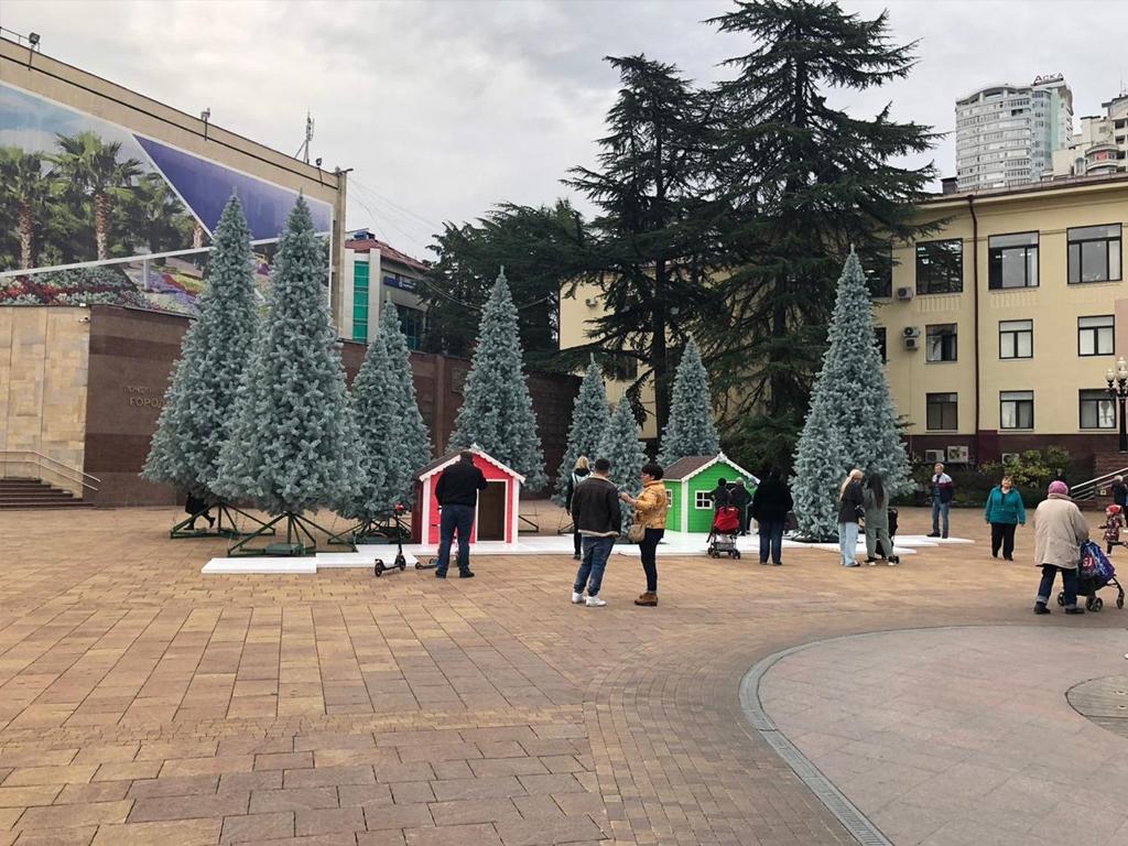 В центре Сочи продолжают устанавливать обьекты новогоднего оформления города