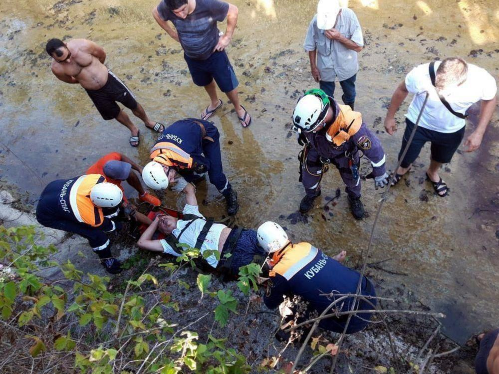 В Сочи водитель иномарки сорвался в реку с двухметрового обрыва