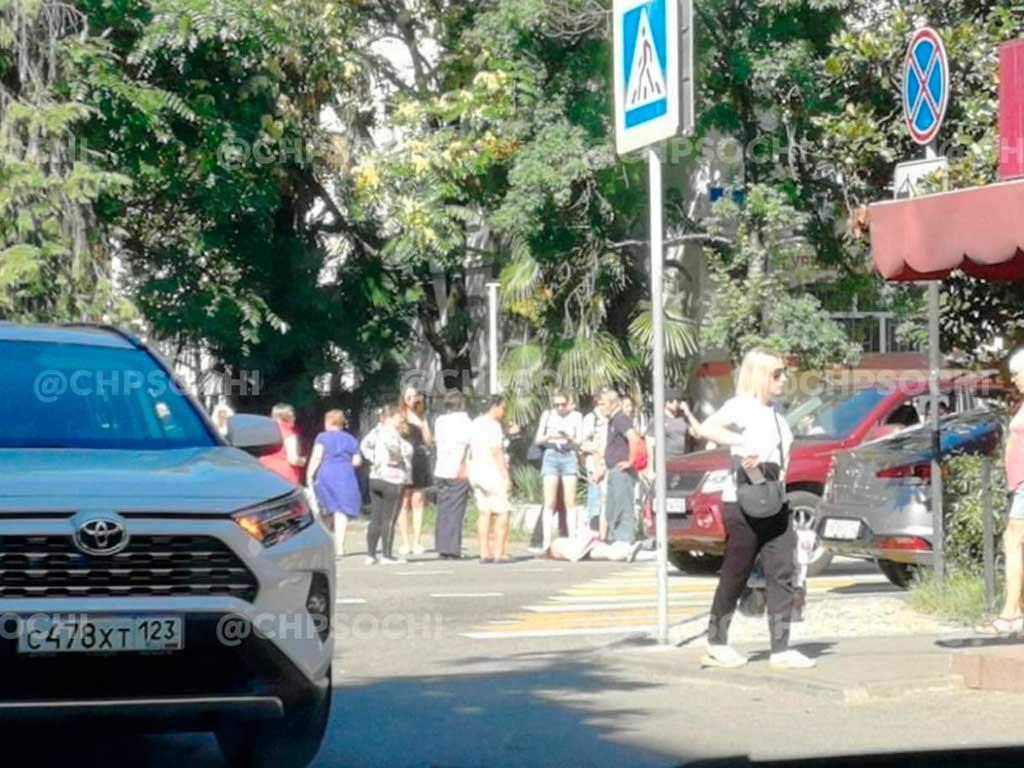 В Сочи автомобиль на пешеходном переходе сбил женщину на улице Гагарина